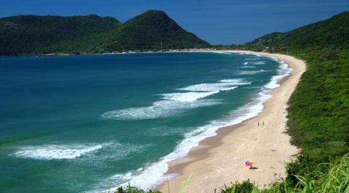 vista-da-armacao-uma-das-praias-ideais-para-a-pratica-de-surfe-no-sul-da-ilha-de-santa-catarina-1428963054591_900x500