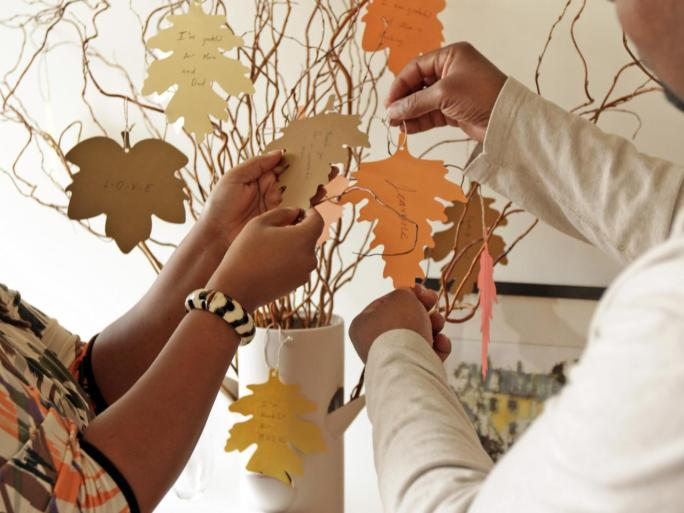 original_jeanine-hays-thanksgiving-thankful-tree-step9_s4x3-jpg-rend-hgtvcom-1280-960