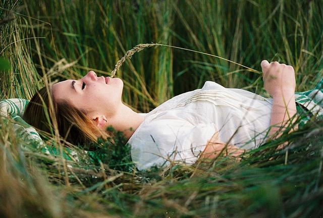 beautifull-field-girl-grass-hat-Favim.com-298878