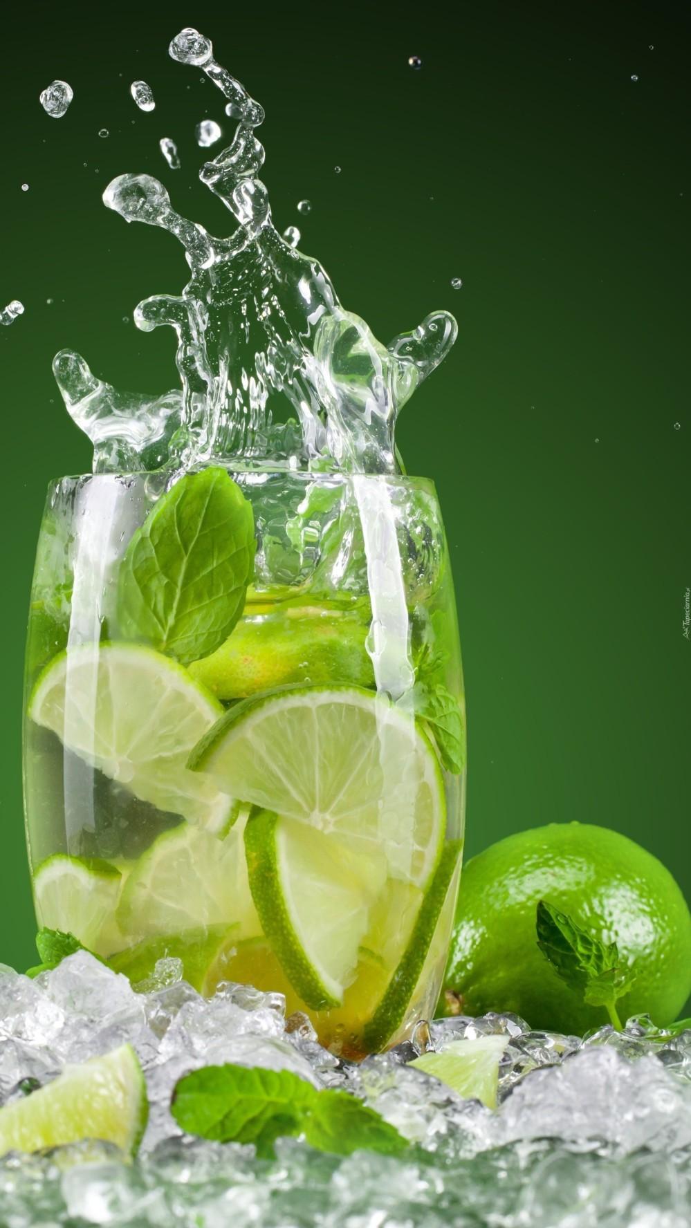 tapeta-na-telefon-szklanka-lemoniady-z-limonka-w-lodzie